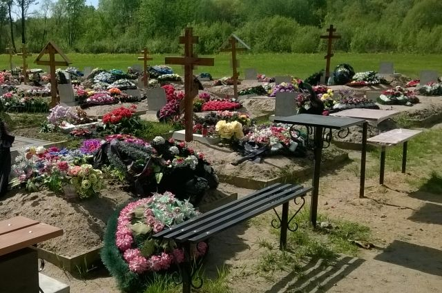 Теперь рядом с родственниками семьи похоронен неизвестный мужчина.