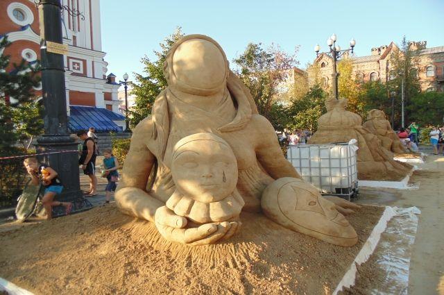 Песчаные скульптуры могут «прожить» больше года.