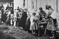 Дети получают бесплатные обеды в народной столовой, устроенной С. С. Вишняковой в селе Новая Слобода. 1892 г.