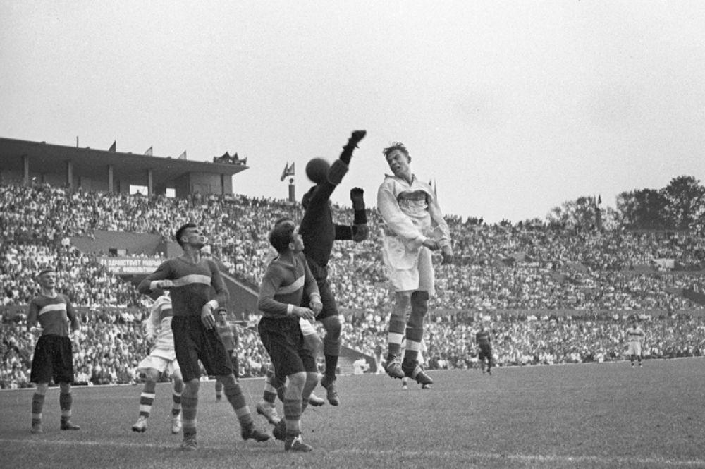 Футбольный матч на Центральном стадионе «Динамо». 1938 год.