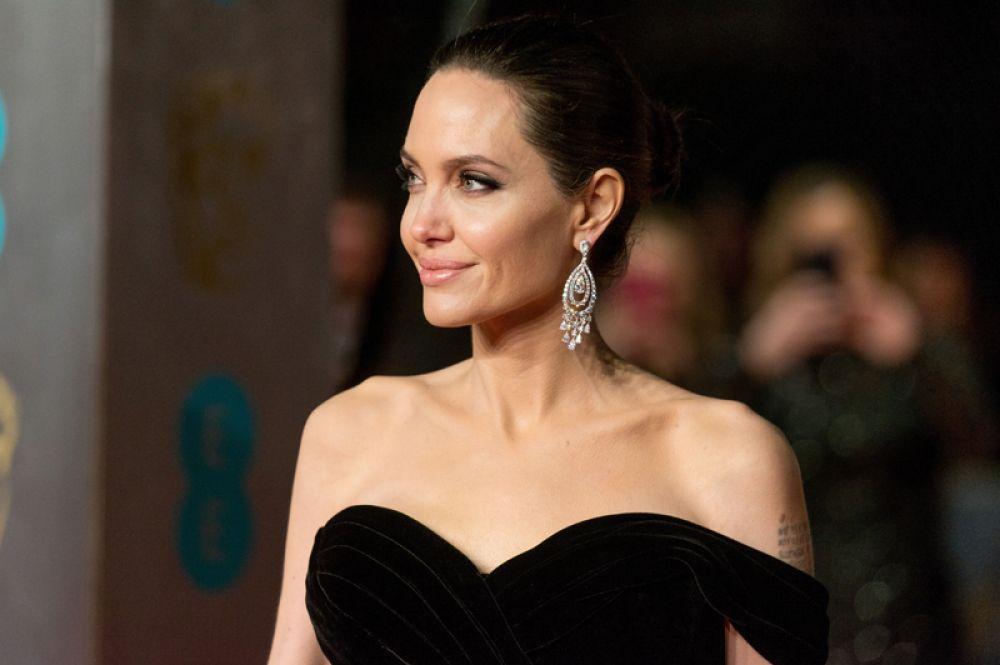 Анджелина Джоли, 2-е место, $28 млн. Джоли сейчас активно занимается гуманитарными делами, работает послом ООН и разгребает последствия развода с Бредом Питтом. На съемки в кино времени у нее почти не остается, но она дала согласие на возвращение к роли Малефисенты в сиквеле одноименной диснеевской сказки. За это ей дали аванс, который и позволил актрисе вернуться в рейтинг Forbes, причем сразу на второе место. Правда, сам фильм стоит ждать только в мае 2020 года.
