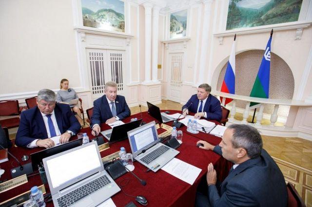 Члены окружного правительства на очередном заседании, которое провел первый заместитель главы региона Геннадий Бухтин.