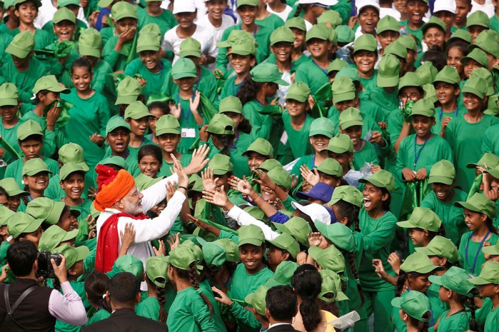 Премьер-министр Индии Нарендра Моди встречается со школьниками во время празднования Дня независимости в Дели, Индия.