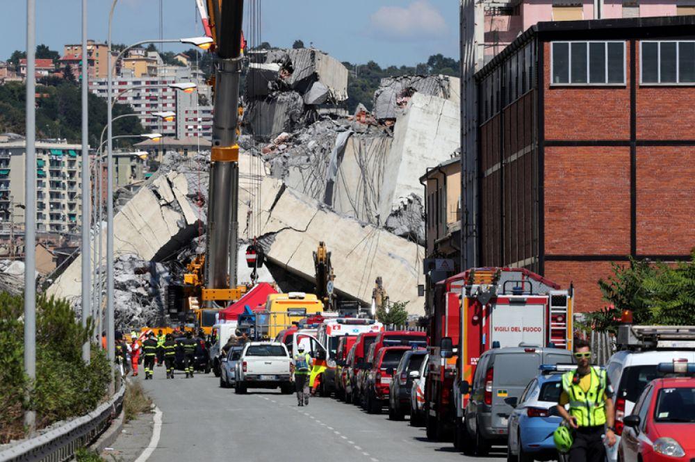 Пожарные и спасатели на месте рухнувшего Моранди в портовом городе Генуя, Италия.