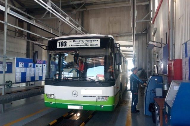 Под Калининградом задержали пассажирский автобус с неисправными тормозами.