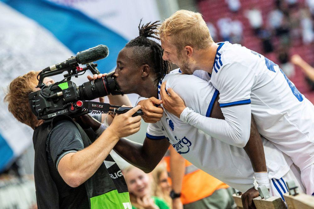 Футбол, Лига Европы, «Копенгаген» против «ЦСКА София». Нападающий клуба «Копенгаген» Даме Ндойе посылает поцелуй в телекамеру после забитого гола.