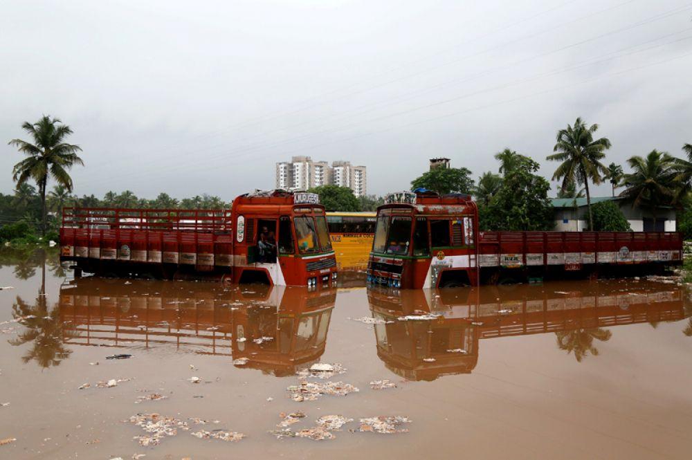 Автостоянка на окраине Кочи после сильных ливней, Индия.