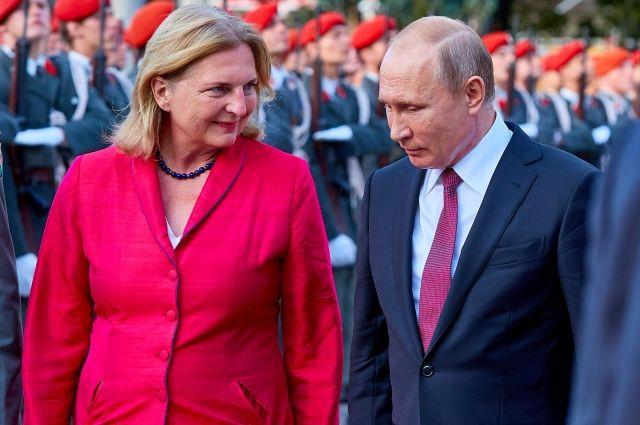СМИ: Путин подарит на свадьбу главе МИД Австрии выступление казачьего хора