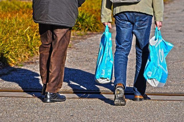 Мужчина отобрал у прохожего сумку с продуктами.