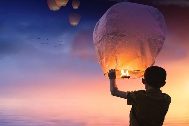 Жителям Тюмени официально запретили запускать небесные фонарики
