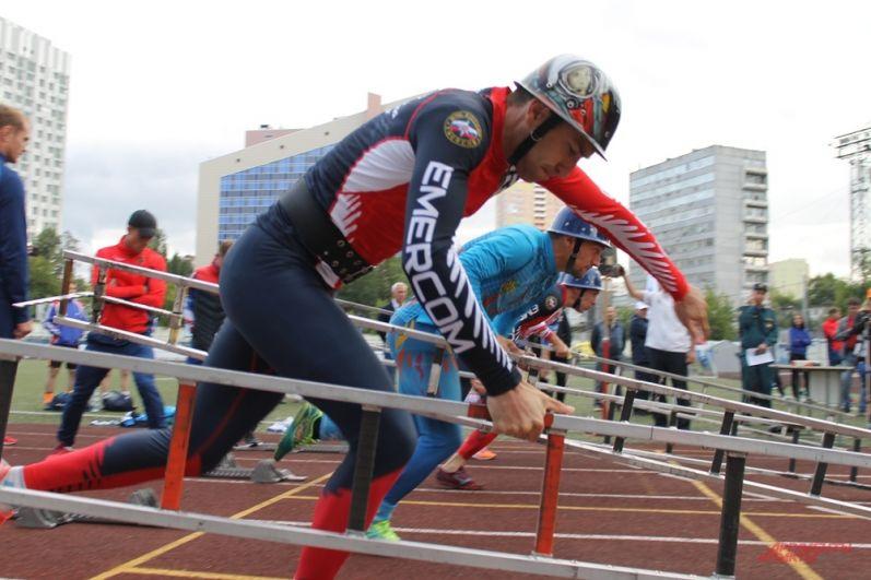 Спортсмены-мужчины должны добежать до башни с лестницей