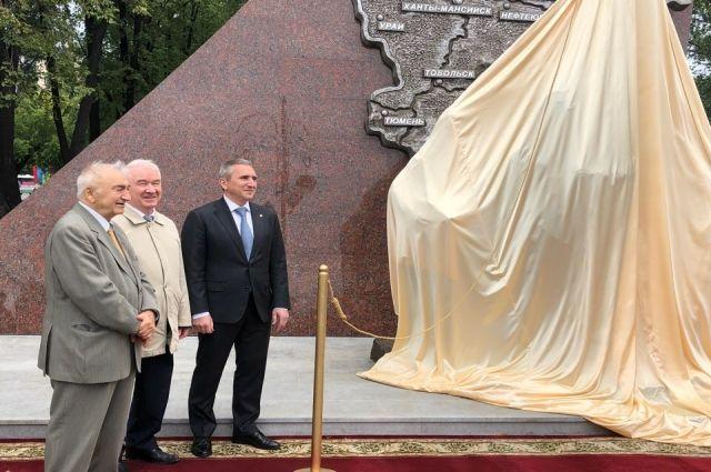Александр Моор открыл в Тюмени памятник покорителям Севера
