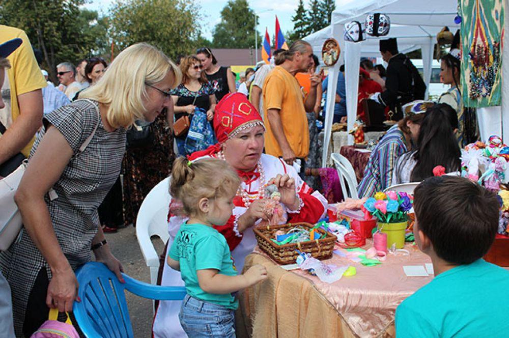 Самых маленьких учили изготовлению традиционных русских кукол