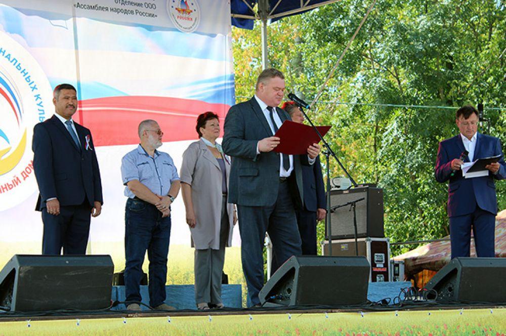 Приветственное письмо зачитывает Олег Калугин