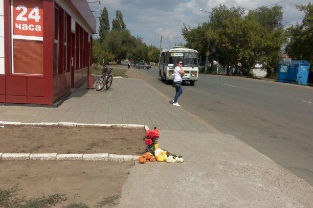 Оренбуржцы несут цветы и игрушки к месту гибели 11-летней школьницы.