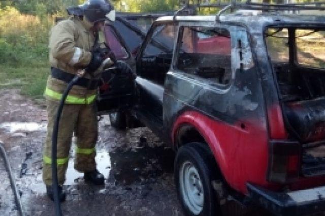 Автомобиль загорелся рано утром.