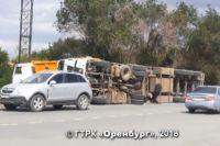СМИ: в Новотроицке перевернулся грузовик с кирпичами.