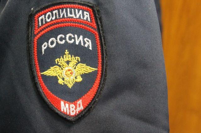 Сотрудники полиции задержали подозреваемых.