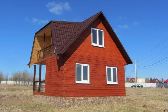 Дом построен из бруса (экологичного материала), поэтому дышать в нём легко.