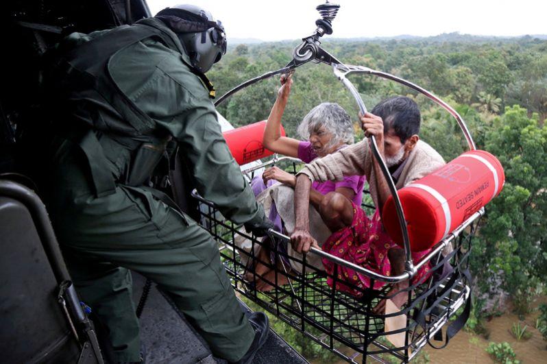 Военнослужащие военно-морских сил Индии во время спасательной операции на затопленной территории в штате Керала.