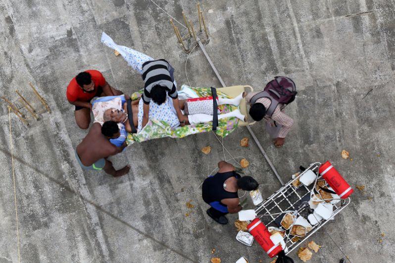 Эвакуация пострадавшего мужчины из затопленного района в штате Керала.