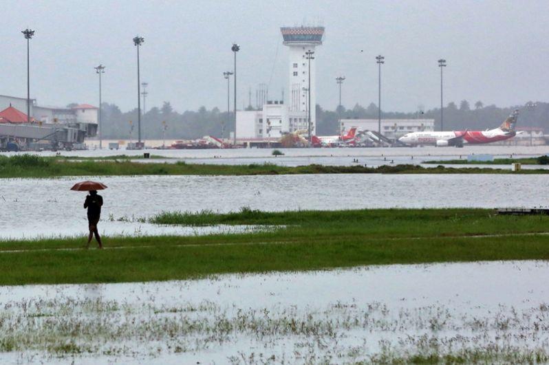 Затопленный международный аэропорт Кочин в штате Керала.