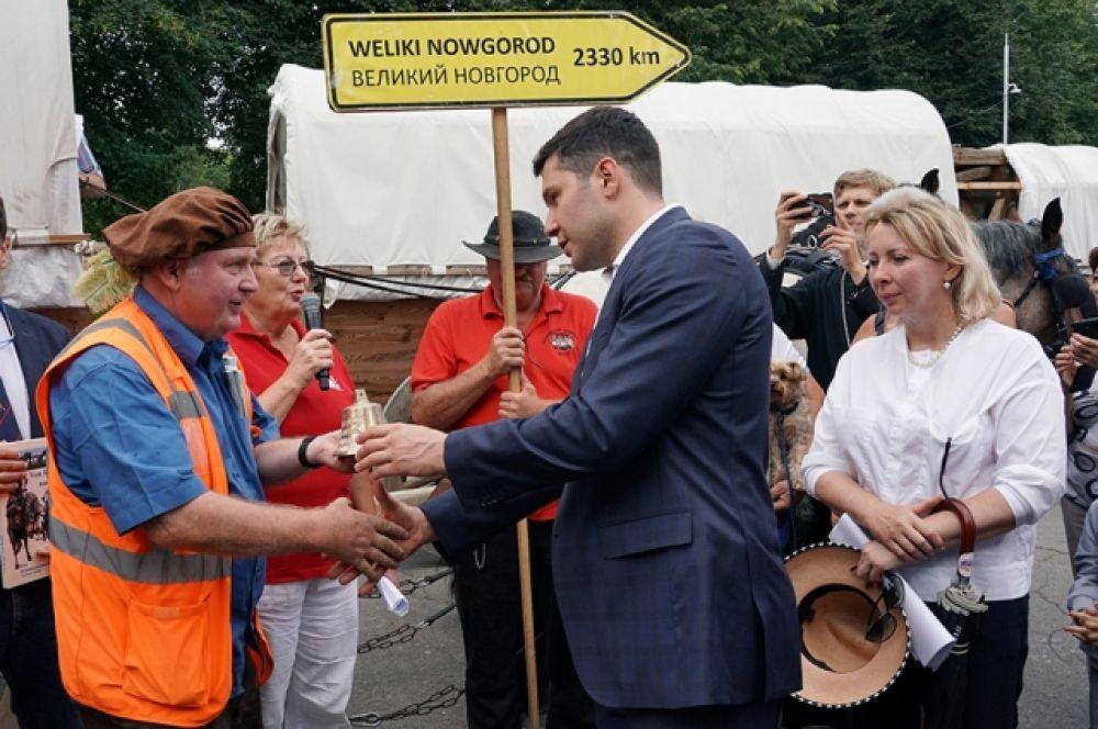 Как символ мира  участники конного перехода вручили губернатору области Антону Алиханову  колокол. Такой подарок они делают каждому городу, в котором останавливаются.