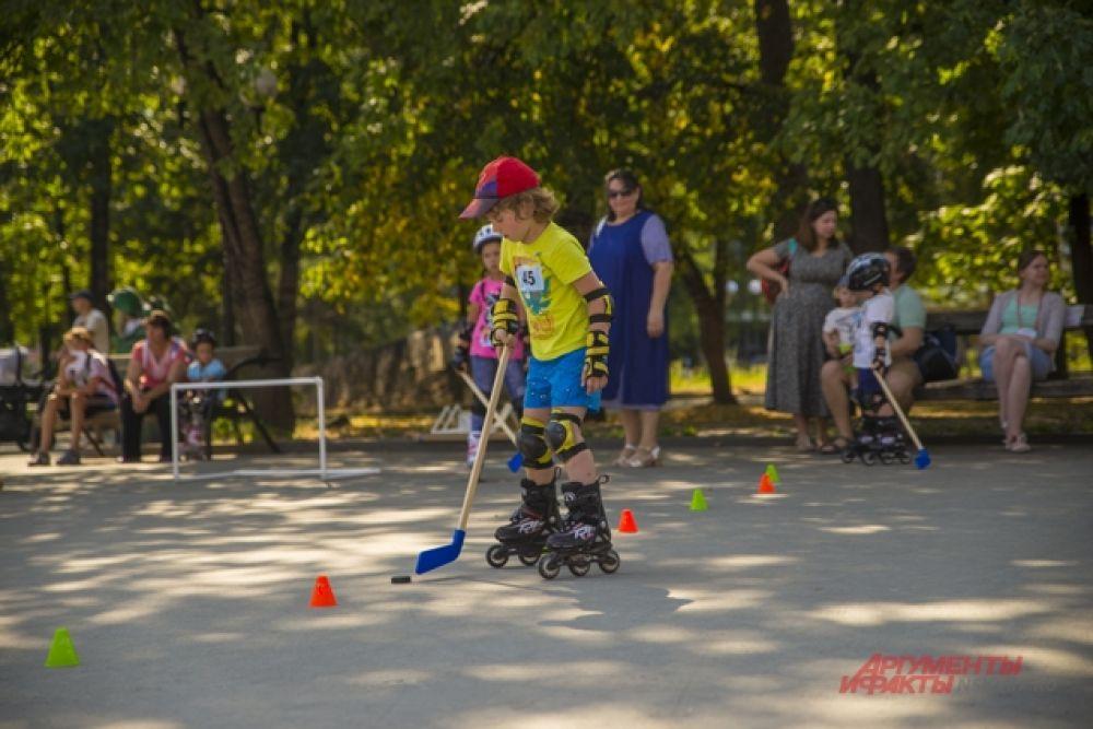 Некоторые спортсмены – любители демонстрировали гостям праздника хоккей на роликах.
