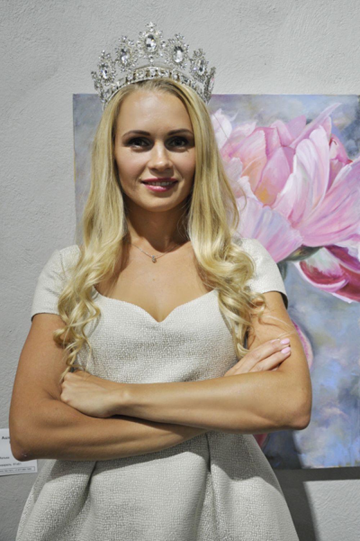 Юлия Шилова, Кемерово. Юлия работает следователем по экономическим преступлениям в Кемеровской области, в полиции она уже 13 лет. Предпочитает упорные тренировки в спорт-зале, занятия боксом, стрельбу из боевого оружия, помимо этого занимается пинг-понгом и обожает бег. Воспитывает двоих детей.