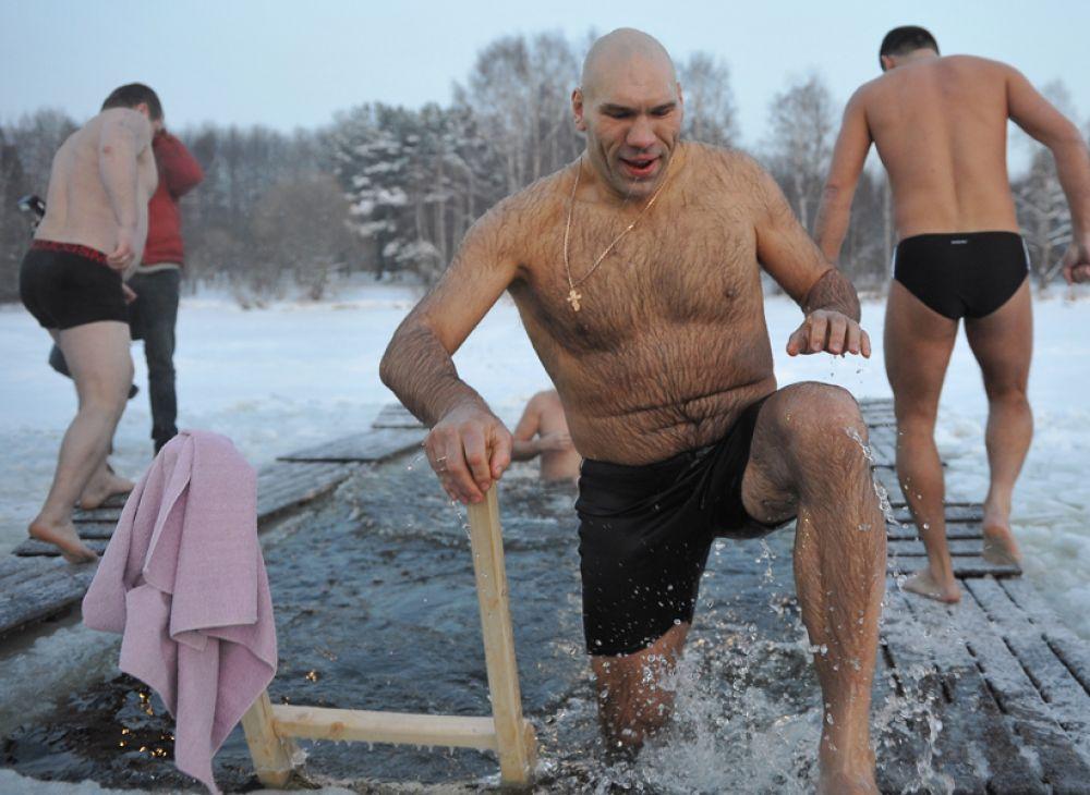 Николай Валуев купается в проруби на Клязьминском водохранилище, 2012 год.