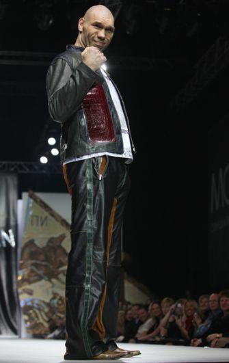 Николай Валуев выступает в качестве модели на показе новой коллекции дизайнера Ильи Шияна в рамках Недели моды в Москве, 2010 год.