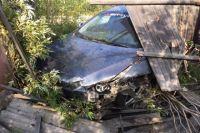 Удачно заехал: в Лабытнанги водитель иномарки застрял в заборе