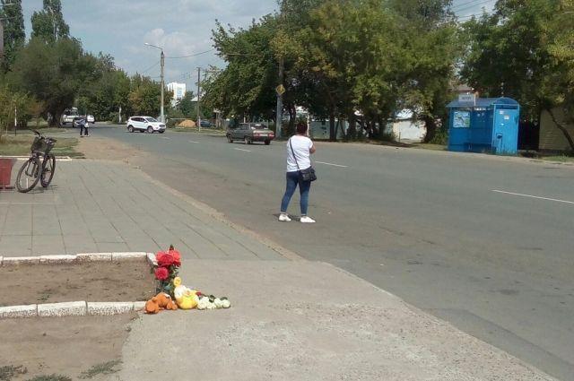 Люди переходят дорогу на ул.Илекской там, где недавно случилось смертельное ДТП.