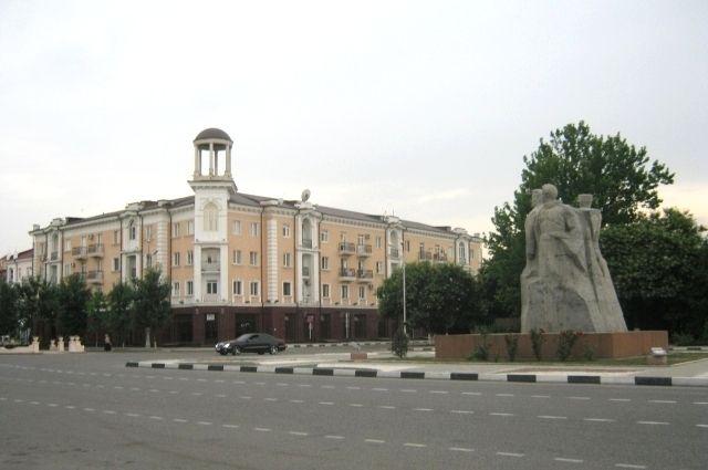 Около памятника, посвящённого дружбе русского, чеченского и ингушского народов, около 17:00 прогремел взрыв.