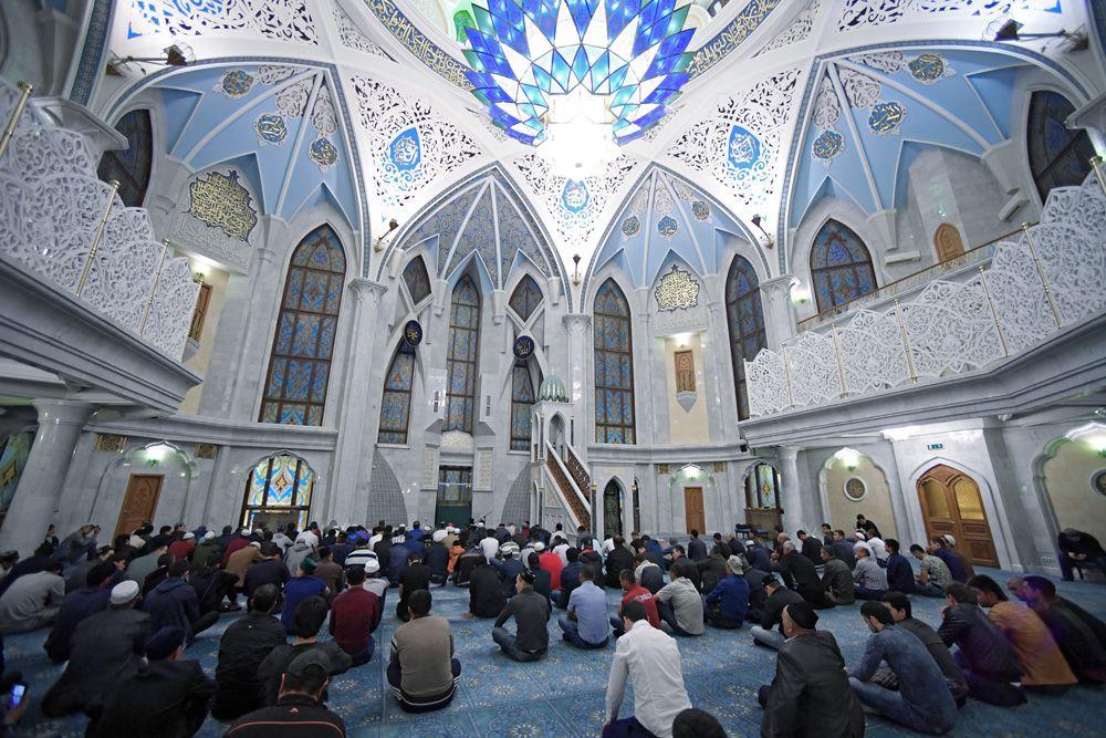 Верующие на намазе в праздник Курбан-Байрам в казанской мечети Кул-Шариф.