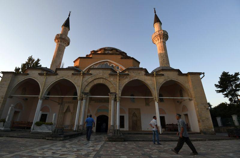 Мусульмане у мечети Джума Хан Джами в Евпатории во время празднования Курбан Байрам.