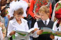 Дети из малообеспеченных семей получают школьную форму, канцелярские принадлежности, портфели, ранцы и другие школьные принадлежности бесплатно.