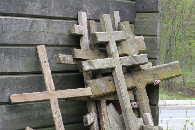 В Пионерском местный житель унес оградку с могилы в пункт приема металла.