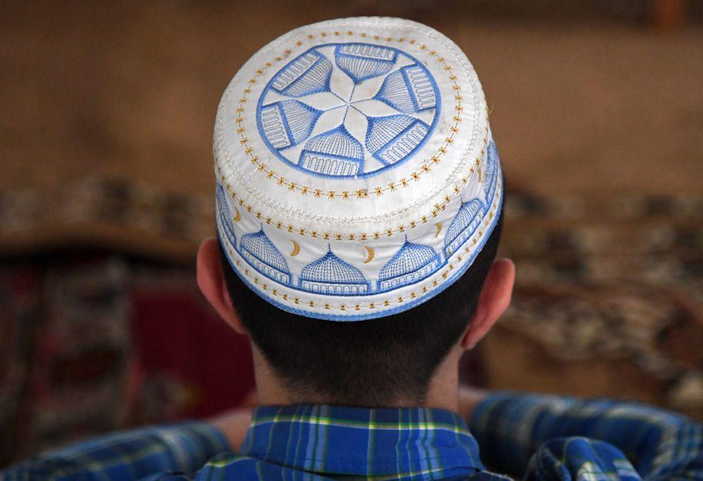 Мусульманин в мечети Джума Хан Джами в Евпатории во время празднования Курбан Байрам.