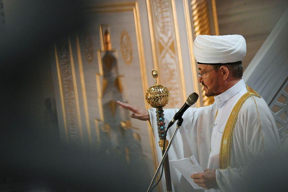 Председатель совета муфтиев России Равиль Гайнутдин выступает перед верующими на богослужении в честь праздника Курбан-Байрам в Московской соборной мечети.