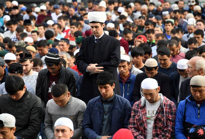 Верующие на богослужении в честь праздника Курбан-Байрам у Московской соборной мечети.