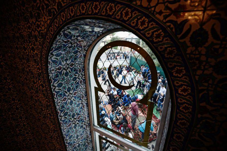 Верующие в праздник Курбан-Байрам у Соборной мечети Барнаула.