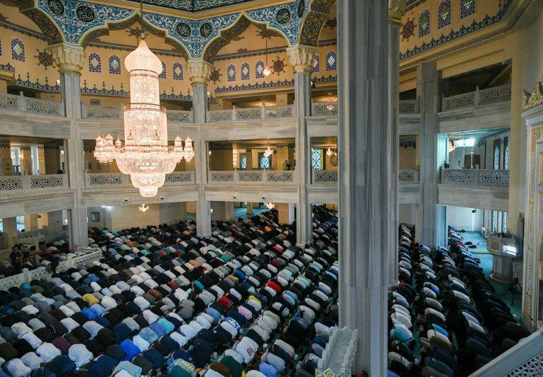 Верующие на богослужении в честь праздника Курбан-Байрам в Московской соборной мечети.