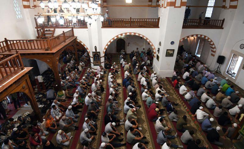 Мусульмане в мечети Джума Хан Джами в Евпатории во время празднования Курбан Байрам.