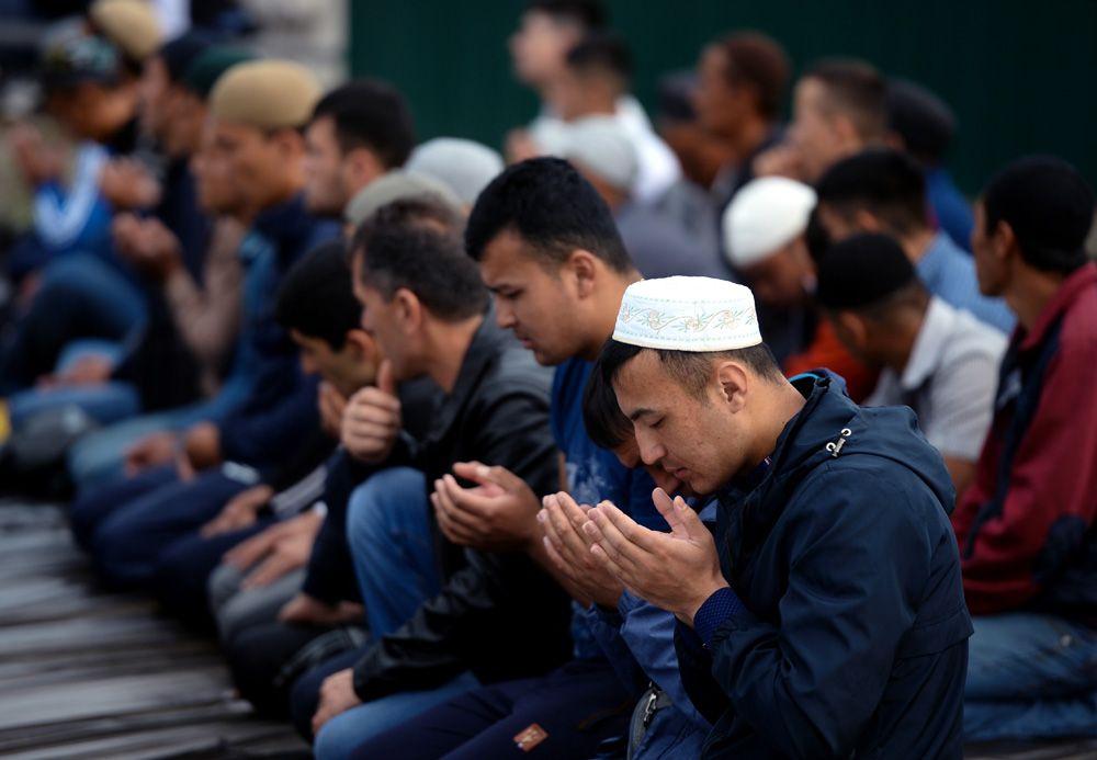 Верующие на намазе в праздник Курбан-Байрам в Соборной мечети Барнаула.