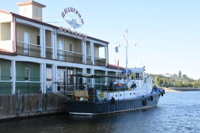Путешественники плывут на корабле, сделанном почти полвека назад.