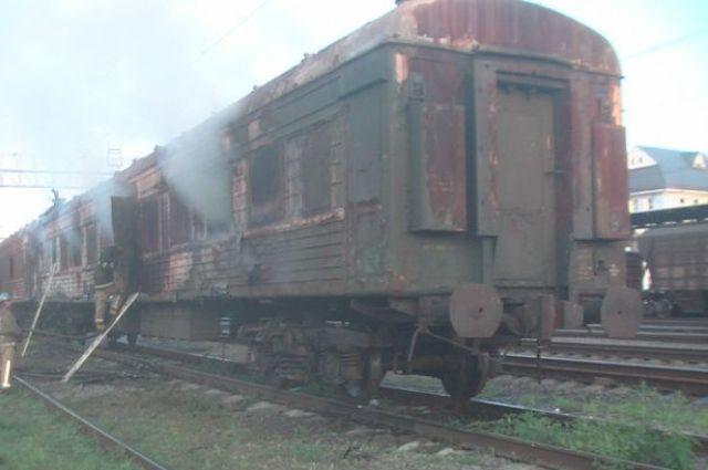 Пожар произошел в пассажирском вагоне на железнодорожной станции в Харьковской области.