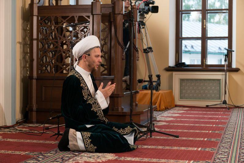 В этом году праздничную проповедь и гает-намаз провел первый заместитель муфтия Татарстана Рустам Валуллин.