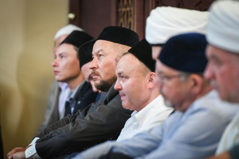 Среди посетивших намаз был и экс-министр внутренних дел Татарстана, руководитель Аппарата президента РТ Асгат Сафаров.