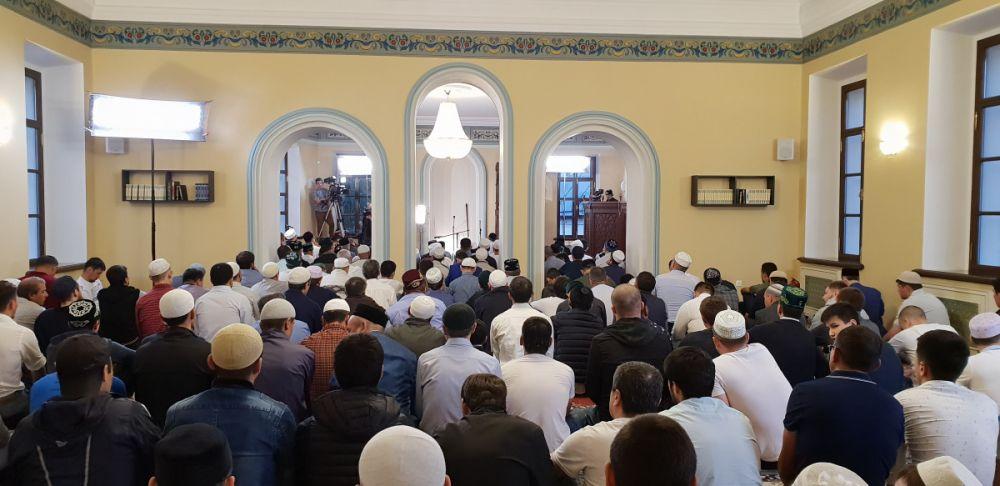 Сотни верующих собрались в  эти дни в мечетях республики.